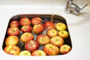 Moczenie owoców i warzyw, czyli jak łatwo i tanio spłukać pryskaną chemię